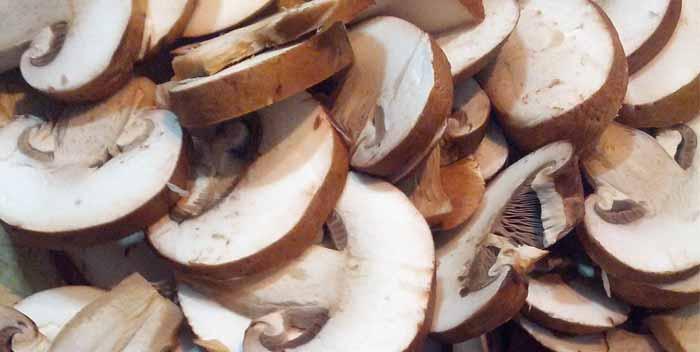 Come si tagliano i funghi champignon