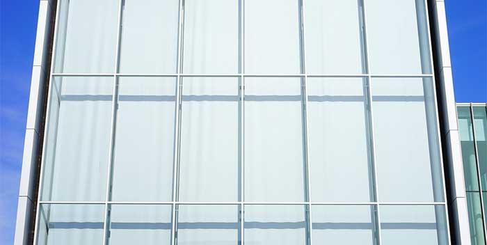 Togliere il silicone dai vetri
