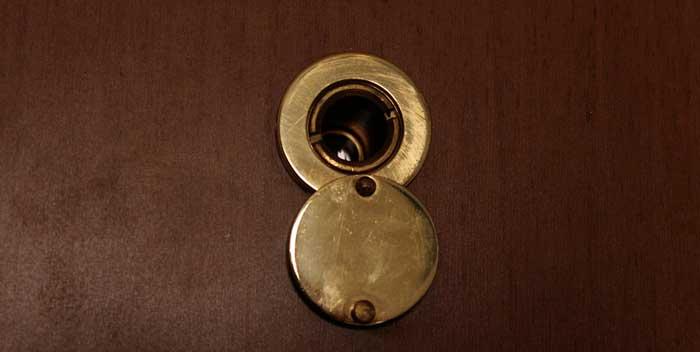 Togliere lo spioncino/occhiello della porta